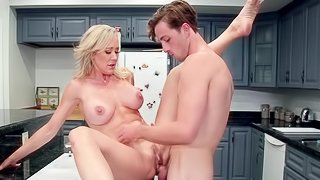 Top mom loves having the step son to deal her pussy
